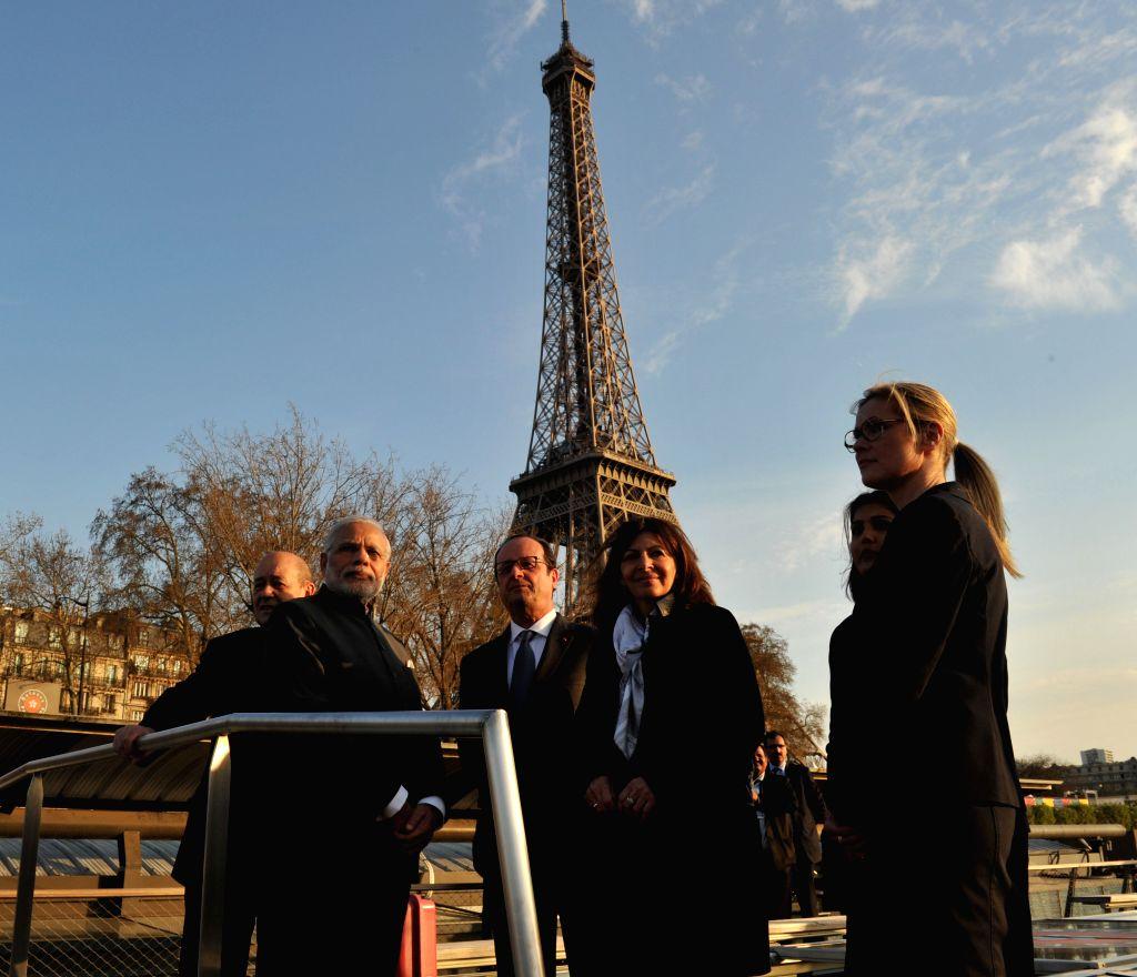 Paris (France): Prime Minister Narendra Modi and the French President Francois Hollande take boat ride on La Seine in Paris on April 10, 2015. - Narendra Modi