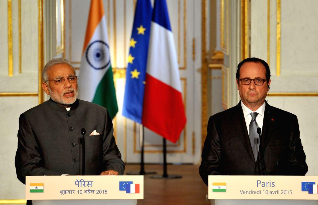 Paris (France): Prime Minister Narendra Modi and the French President Francois Hollande at the Joint Press statement, in Paris on April 10, 2015. - Narendra Modi