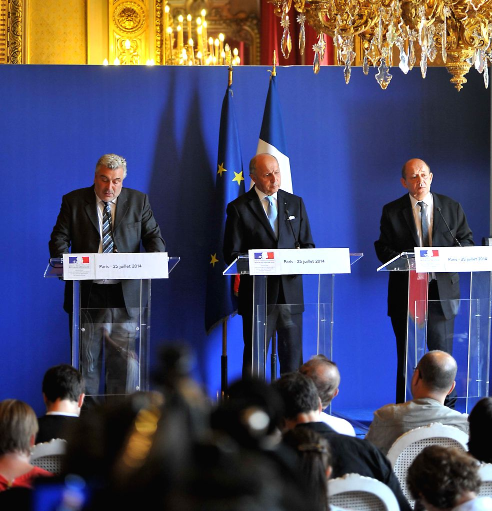 (From L to R) French Minister for Transport Frederic Cuvillier, French Foreign Minister Laurent Fabius and French Defense Minister Jean-Yves Le Drian hold a press ... - Laurent Fabius