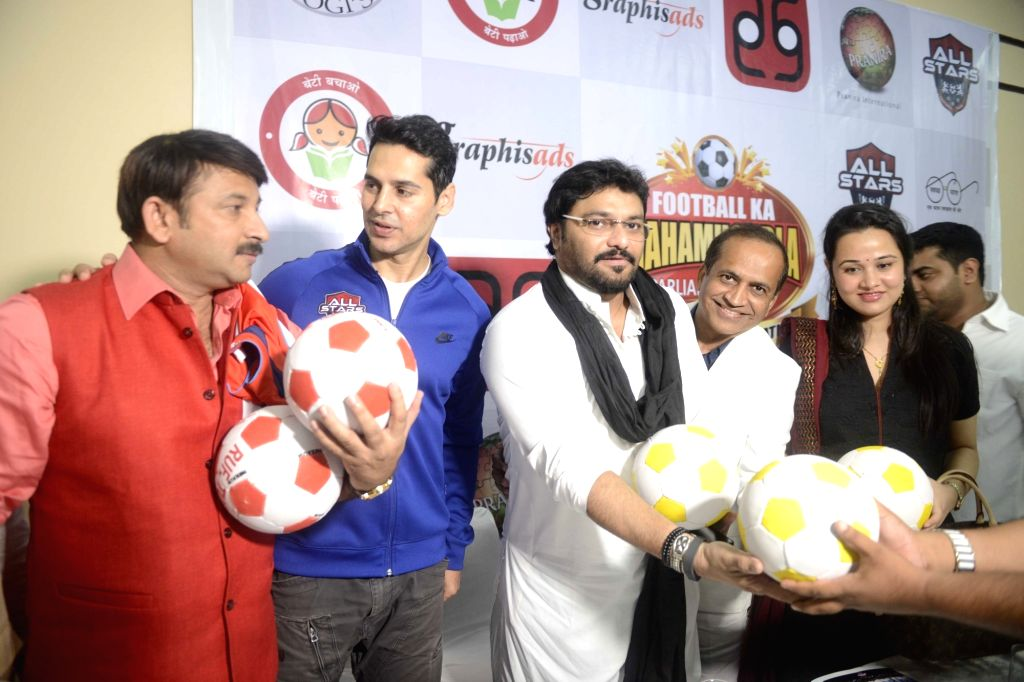 Parliamentarians Manoj Tewari, Babul Supriyo and actor Dino Morea during a press conference regarding a charity match between parliamentarians and bollywood celebrities in New Delhi on ... - Dino Morea