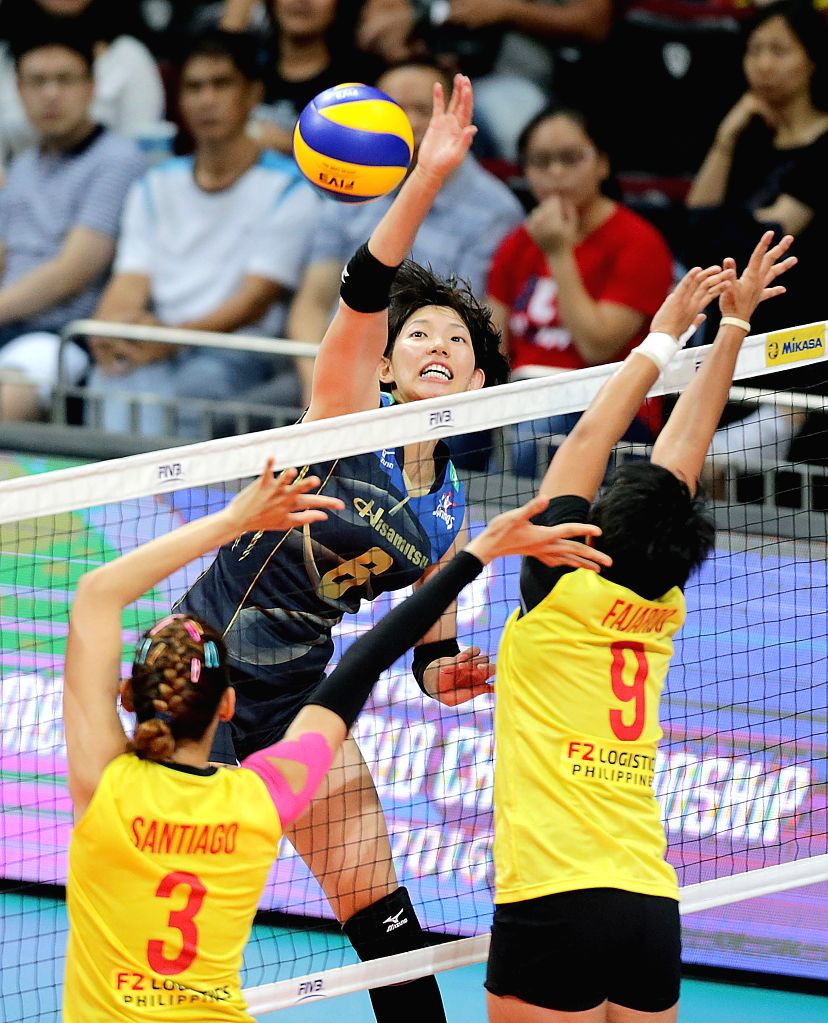 PASAY CITY, Oct. 22, 2016 - Japan's Yuki Ishii of Hisamitsu Springs Kobe (C) competes against the Philippines' Alyja Daphnie Santiago (L) and Kim Fajardo of PSL-F2 Logistics Manila during the 2016 ...