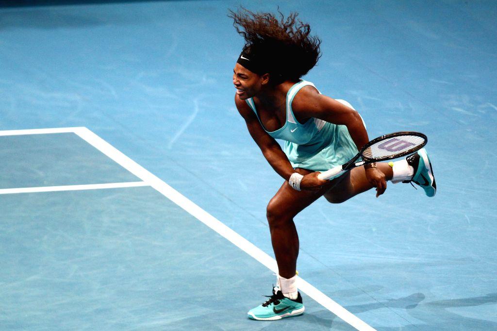 Pasay City (Philippines): DBS Singapore Slammers player Serena Williams of the United States returns the ball against Manila Mavericks player Kirsten Flipkens of Belgium during the women's singles ...