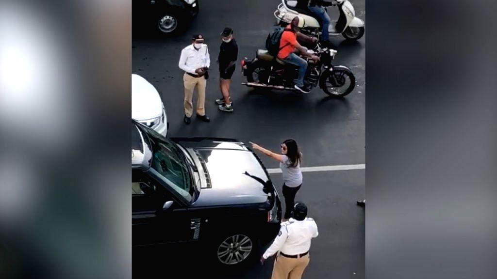 Pati, Patni aur Woh' spat spills on to Mumbai road.