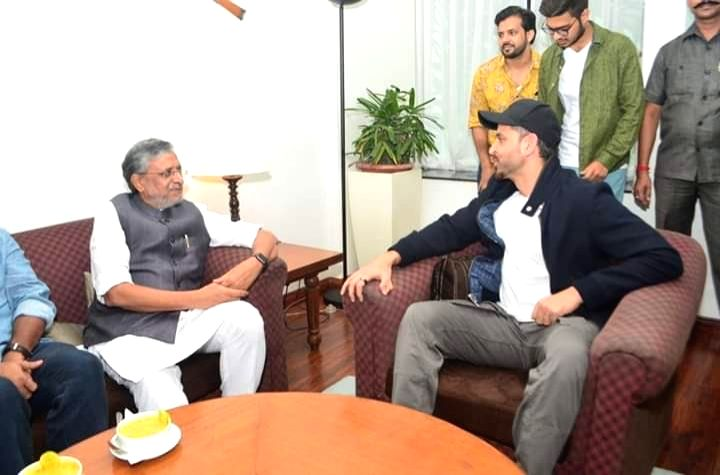 Patna: Actor Hrithik Roshan meets Bihar Deputy Chief Minister Sushil Kumar Modi in Patna, on July 16, 2019. (Photo: Twitter/@iHrithik) - Hrithik Roshan and Sushil Kumar Modi
