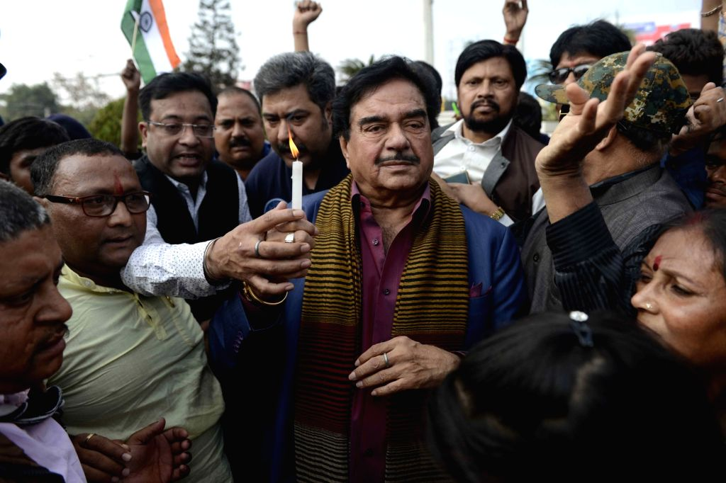 Patna: Actor turned politician Shatrughan Sinha lights a candle to pay tribute to the 49 CRPF men killed in 14 Feb Pulwama attack in Patna on Feb 16, 2019. (Photo: IANS) - Shatrughan Sinha