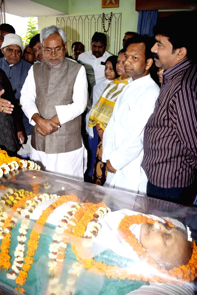 Bihar Chief Minister Nitish Kumar pays tribute to former Bihar Chief Minister Ram Sundar Das in Patna, on March 7, 2015.