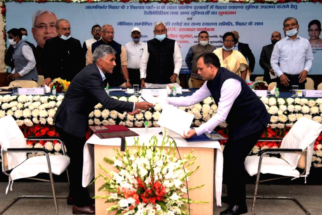 Patna : Bihar Chief Minister Nitish Kumar with Deputy CM Tarkishore Prasad and Health Minister Mangal Pandey witnessing the exchange of an MoU  during the 'Atma Nirbhar Bihar & 7 Nishchay part-2' ... - Nitish Kumar and Mangal Pandey