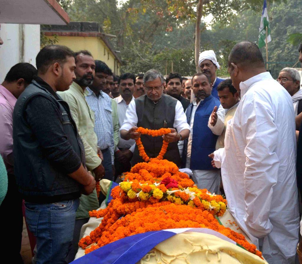 Patna: BJP leader Sushil Kumar Modi pay his last respect to Rashtriya Lok Samata Party (RLSP) MLA Basant Kumar Kushwaha who died of heart attack in Patna on Nov 30, 2015. - Sushil Kumar Modi and Basant Kumar Kushwaha