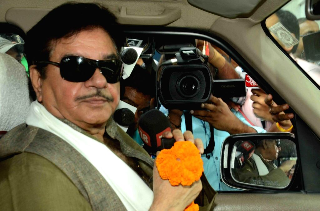 :Patna:  BJP MP from Patna Sahib Shatrughan Sinha arrives to  greet JD(U) leader Nitish Kumar for his victory in the recently concluded Bihar polls in Patna on Nov 9, 2015. (Photo: IANS). - Shatrughan Sinha
