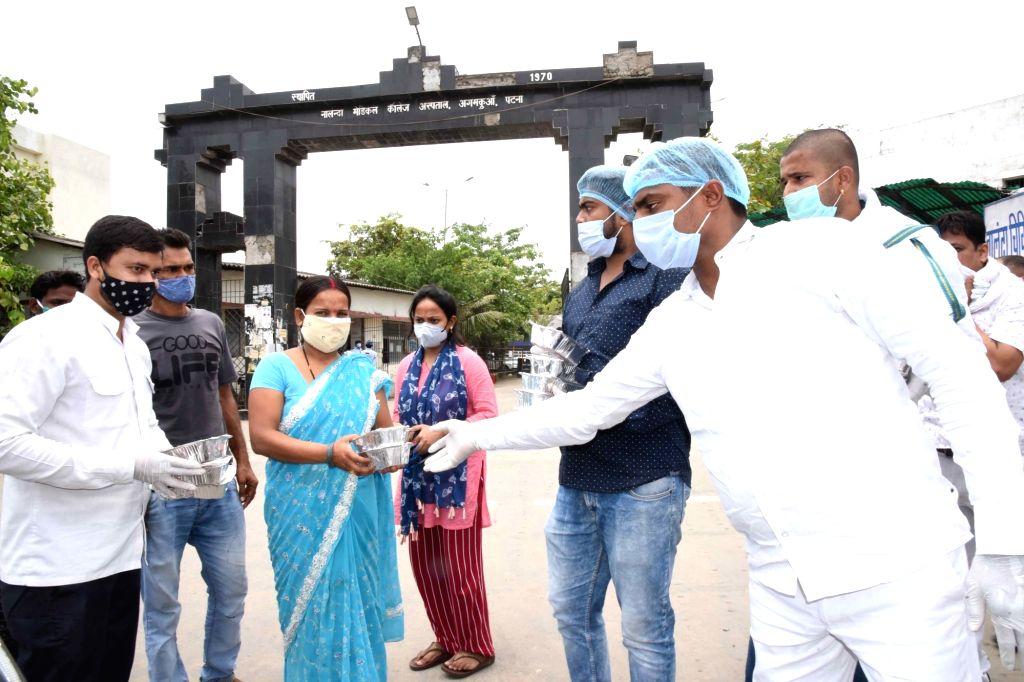 Patna :  jap youth president Raju Danvir Singh distribute food for covid affected parents near NMCH in Patna on 15 May, 2021. - Raju Danvir Singh