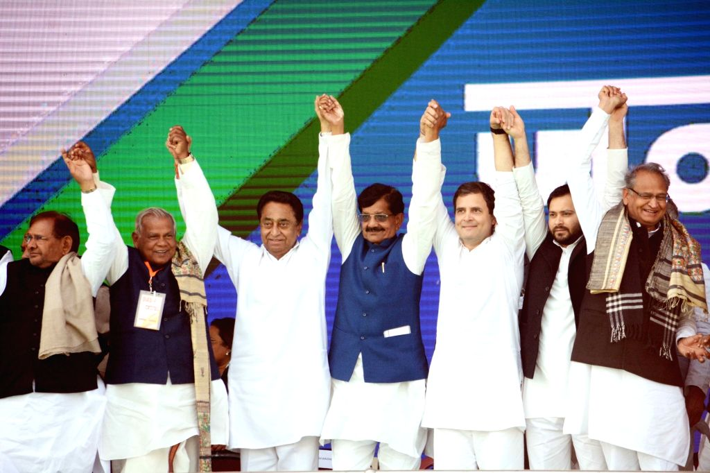 Patna: (L-R) Sharad Yadav (Loktantrik Janata Dal), Jitan Ram Manjhi (HAM), Kamal Nath (Congress), Rahul Gandhi (Congress), Tejashwi Yadav (Congress), Ashok Gehlot (Congress), Meira Kumar (Congress) and others during a Congress rally at Gandhi Maidan  - Sharad Yadav, Kamal Nath, Rahul Gandhi, Tejashwi Yadav and Meira Kumar