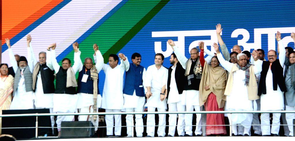 Patna: (L-R) Sharad Yadav (Loktantrik Janata Dal), Jitan Ram Manjhi (HAM), Kamal Nath (Congress), Rahul Gandhi (Congress), Tejashwi Yadav (Congress), Ashok Gehlot (Congress), Meira Kumar (Congress) and others during a Congress rally at Gandhi Maidan  - Sharad Yadav, Kamal Nath, Rahul Gandhi, Tejashwi Yadav and Meira Kumar