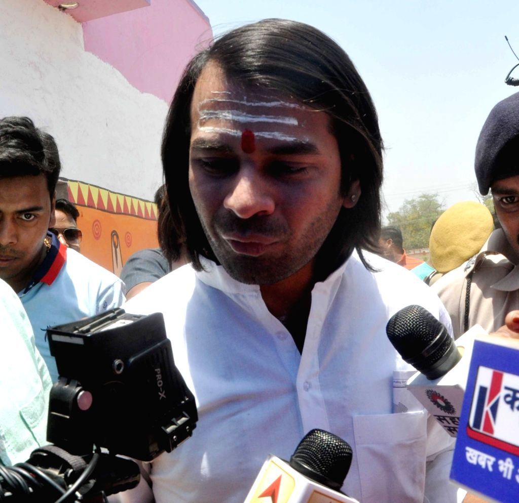 Patna: Lalu Prasad Yadav's elder son and RJD leader Tej Pratap Yadav at a pollling booth during the seventh and the last phase of 2019 Lok Sabha Elections at a polling booth in Patna on May 19, 2019. A cameraman was thrashed while other journalists w - Lalu Prasad Yadav and Tej Pratap Yadav