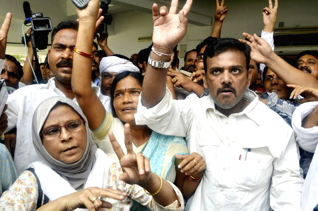 Patna mayor Afzal Imam shows victory sign after passing of no-confidence motion in a Patna Municipal Corporation (PMC) board meeting in Patna on June 26, 2014.