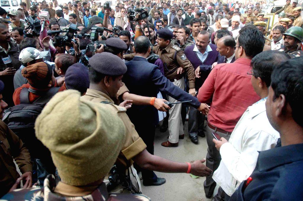 "People gather in front of JD(U) leader Nitish Kumar's residence as Bihar Chief Minister Jitan Ram Manjhi Saturday met his predecessor Nitish Kumar for a ""patch up"" as the crisis ... - Jitan Ram Manjhi Saturday"
