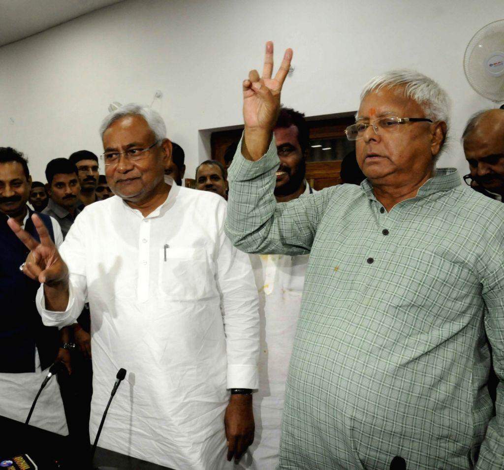 :Patna: RJD leader Lalu Prasad Yadav and JD(U) leader Nitish Kumar during a press conference in Patna on Nov 8, 2015. (Photo: IANS). - V., Lalu Prasad Yadav and Nitish Kumar