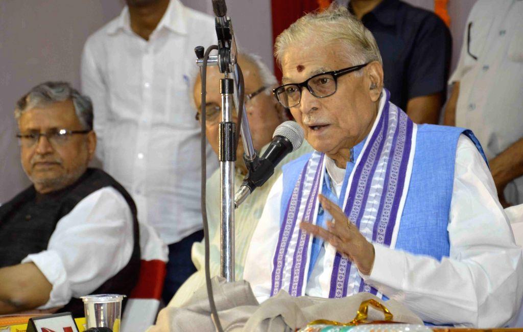Patna: Senior BJP leader Murli Manohar Joshi addresses during a BJP programme in Patna on April 11, 2015. Also seen BJP leader Sushil Kumar Modi. (Photo: IANS) - Murli Manohar Joshi and Sushil Kumar Modi