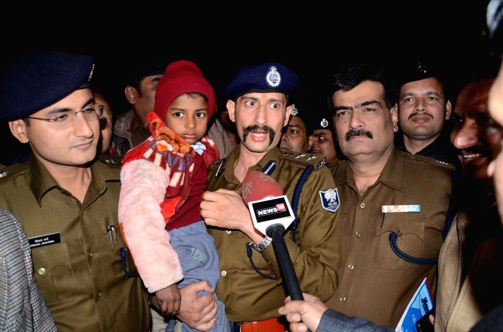 Patna Senior Superintendent of Police Manu Maharaj along with the 6-year-old Saurabh Raj, son of a contractor Santosh Baitha from Sonpur railway station of Saran District; in Patna on Jan 29, ... - Santosh Baitha