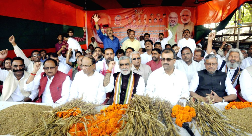 Sushil Kumar Modi, Mangal Pandey and other BJP leaders stage a demonstration in Patna on April 1, 2015. - Sushil Kumar Modi and Mangal Pandey