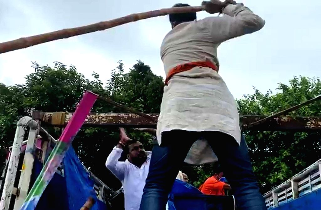Patna: Workers of BJP and Jan Adhikar Party (JAP) clash with each other during Bharat Bandh called by farmers to protest against the contentious agriculture-related Bills that have led to agitation by farmers in many states, in Patna on Sep 25, 2020.
