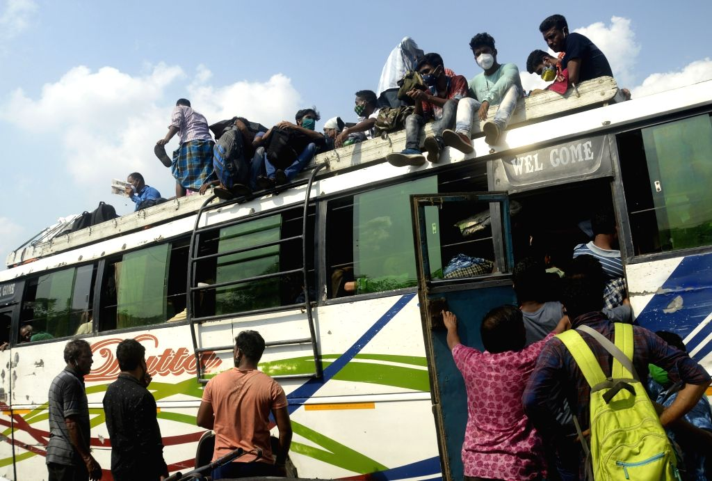 People are returning home by bus in different districts in large numbers due to lockdown started from tomorrow in Kolkata on Saturday, 15 May, 2021.