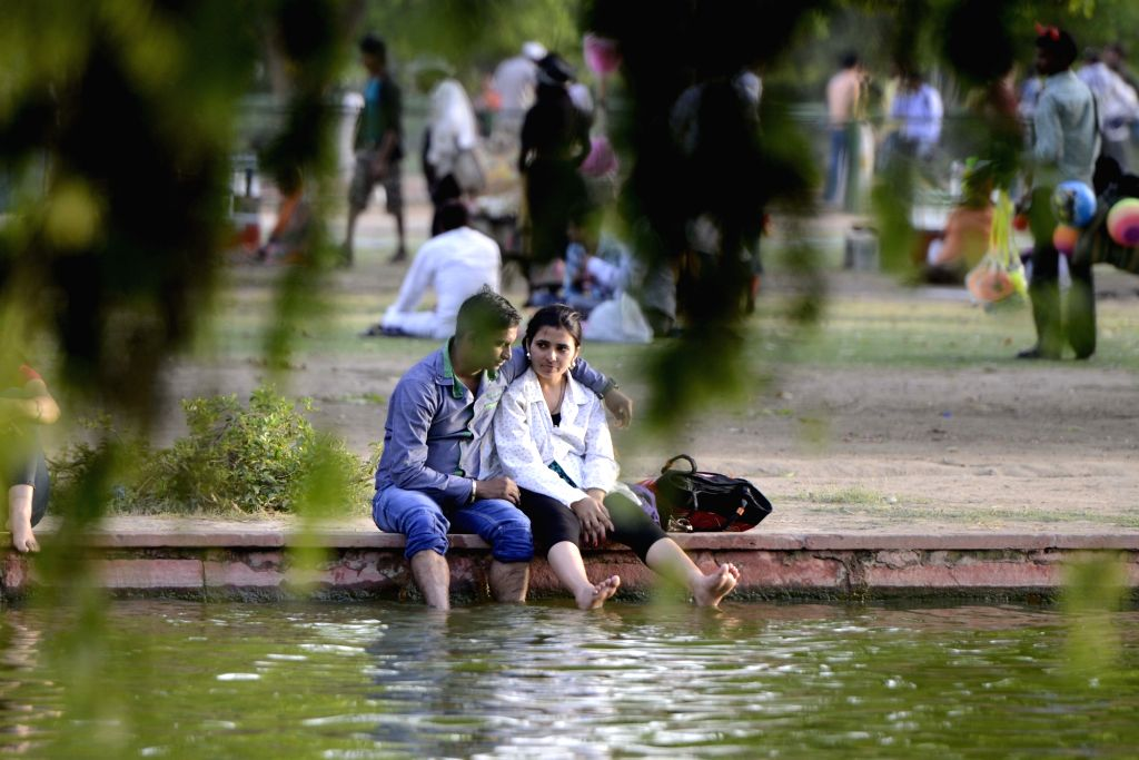 People beat the heat at India Gate in New Delhi, on April 21, 2016.