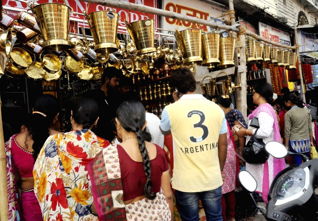 """People busy purchasing utensils on """"Dhanteras"""" in Patna on Oct 28, 2016."""