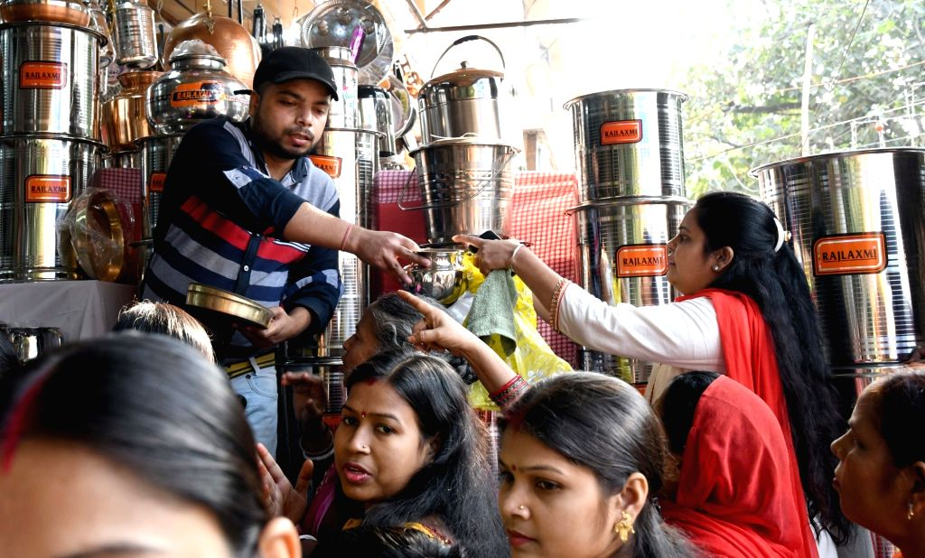 """People busy purchasing utensils on """"Dhanteras"""" in New Delhi on Oct 28, 2016."""