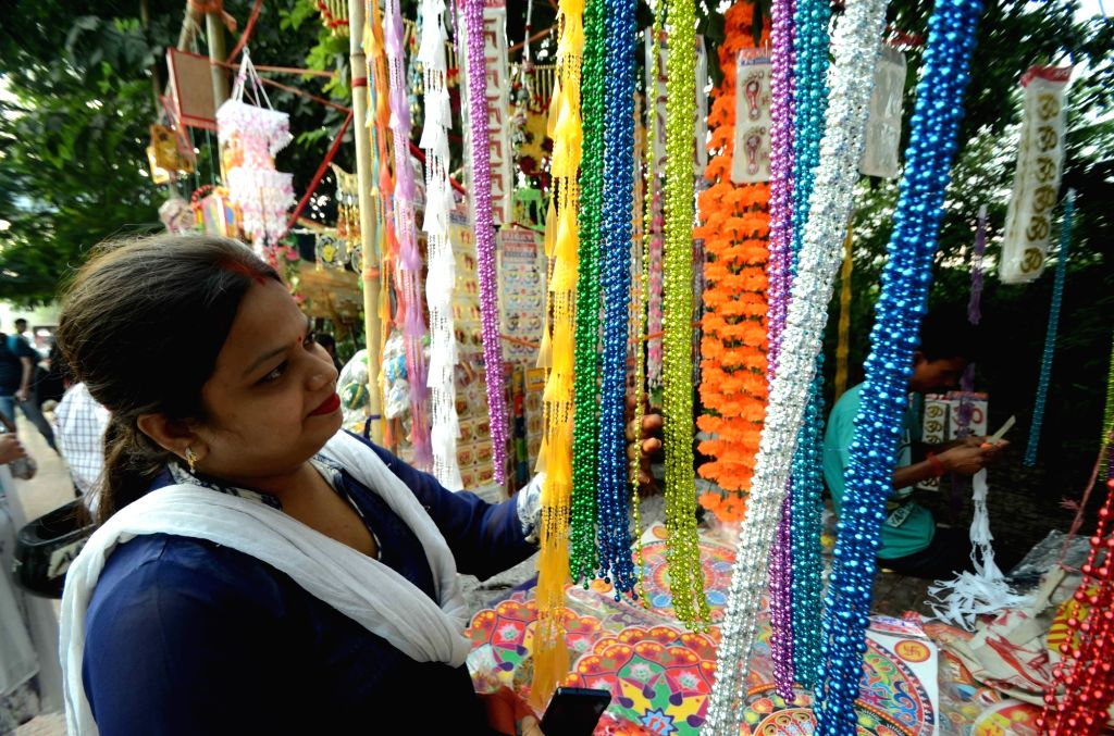 People busy shopping ahead of Diwali in Patna on Oct 25, 2016.