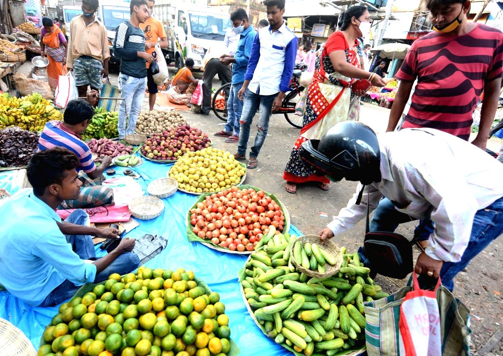 People busy shopping on the eve of Laxmi Puja celebrations in Kolkata on Oct 29, 2020.