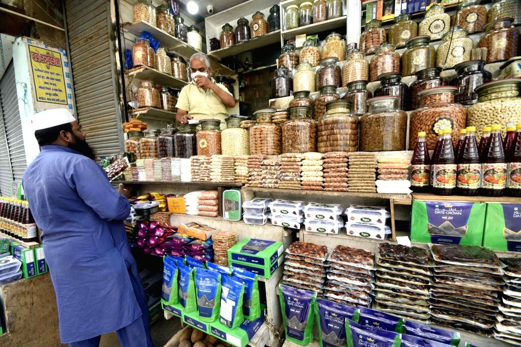 People busy shopping on the eve of Ramadan at a market in Patna during the extended nationwide lockdown imposed to mitigate the spread of coronavirus; on Apr 24, 2020.