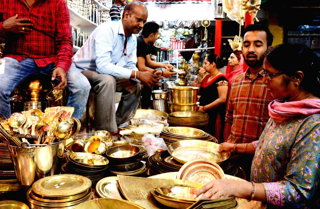 People busy shopping on the occasion of Dhanteras, in Patna on Oct 25, 2019.