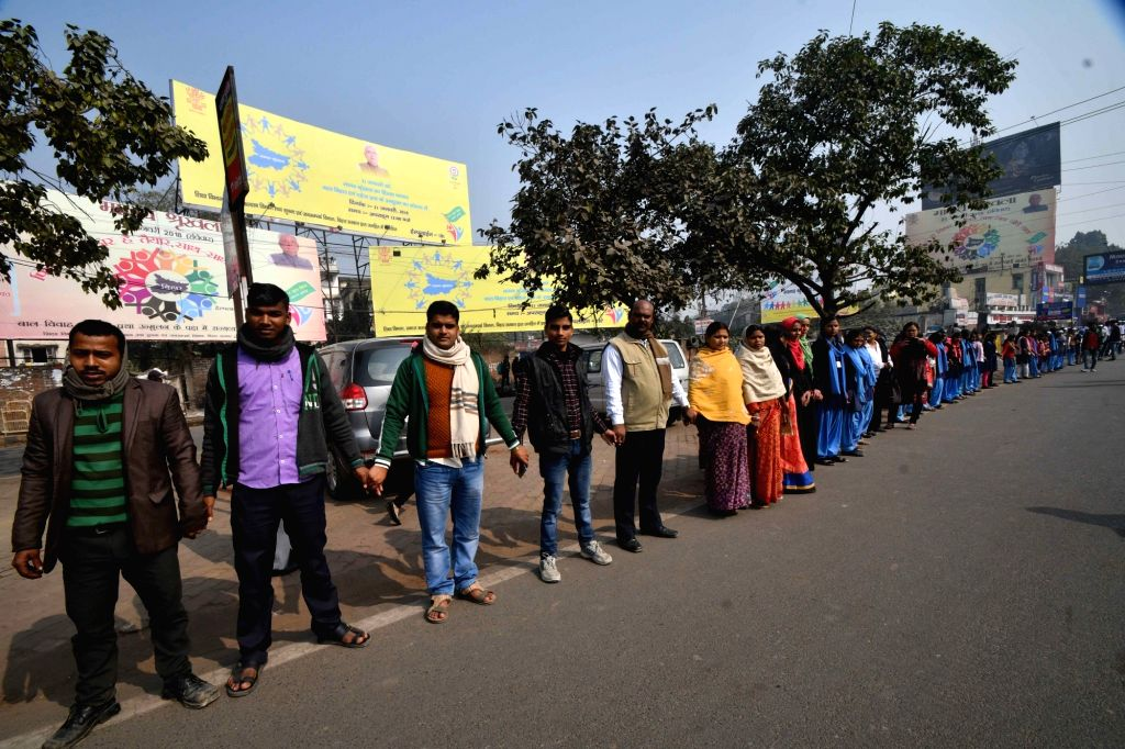 People form a human chain to protest against dowry and child marriage in Patna on Jan 21, 2018.