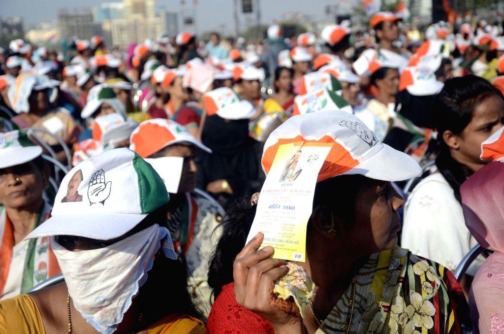 People gather at Congress vice president Rahul Gandhi's rally in Mumbai on April 20, 2014.