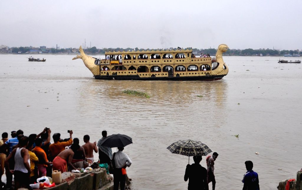 """People gather at the banks of Ganga river to perform 'Tarpan' to pay tributes and pray for their forefathers on the last day of """"Pitru Paksha"""" in Kolkata on Sep 28, 2019."""