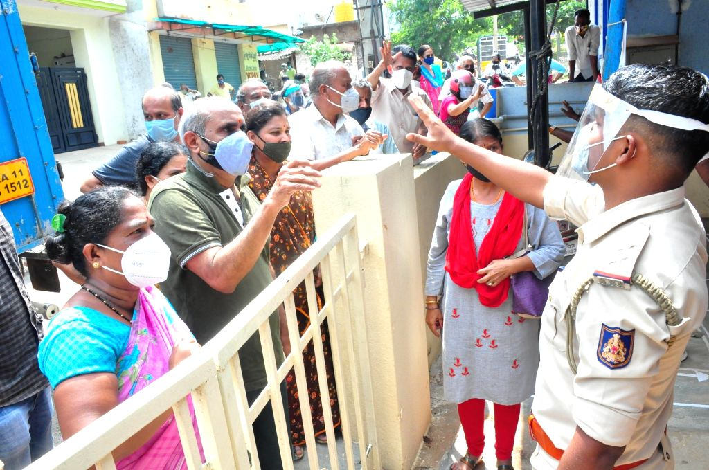 People gathered at Mallathahalli Health centre during COVID-19 vaccination drive in the wake of the 2nd wave of COVID-19, in Bengaluru on Tuesday 4th May 2021
