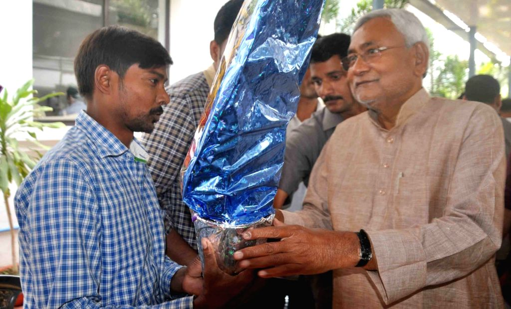 People greet Nitish Kumar for his victory in the recently concluded Bihar assembly polls in Patna on Nov 13, 2015.