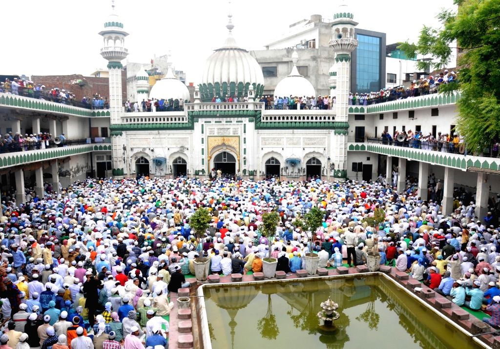 People offer namaz on Eid al-Fitr at Jama Masjid Khairuddin mosque in Amritsar on July 7, 2016.