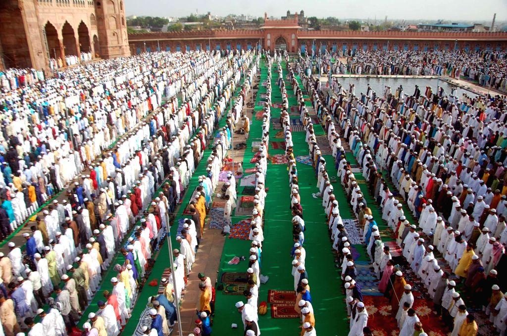 People offer namaz on Eid al-Fitr at Taj-ul-Masajid in Bhopal on June 5, 2019.