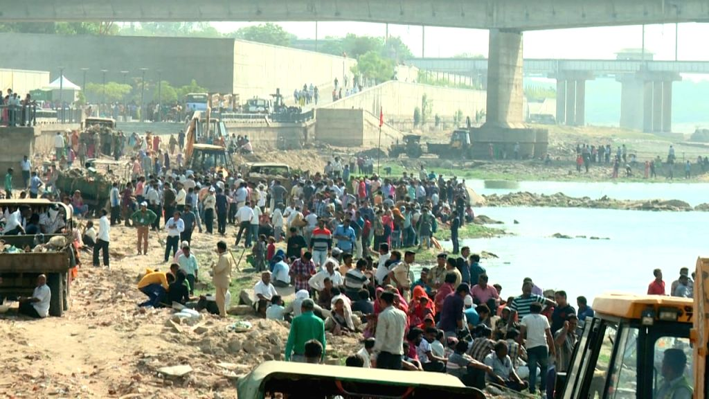 People participate in a massive five-day Sabarmati river clean-up campaign initiated by Ahmedabad Municipal Corporation. (Photo: IANS)
