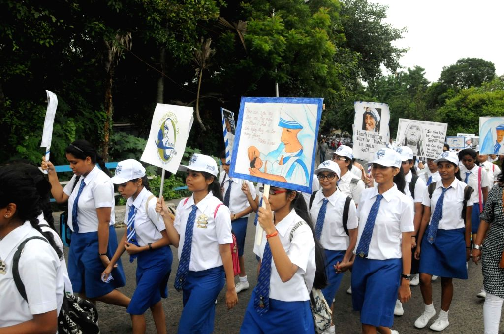 People participate in a rally organised to pay tribute to Saint Teresa of Calcutta in Kolkata, on Sept 25, 2016.