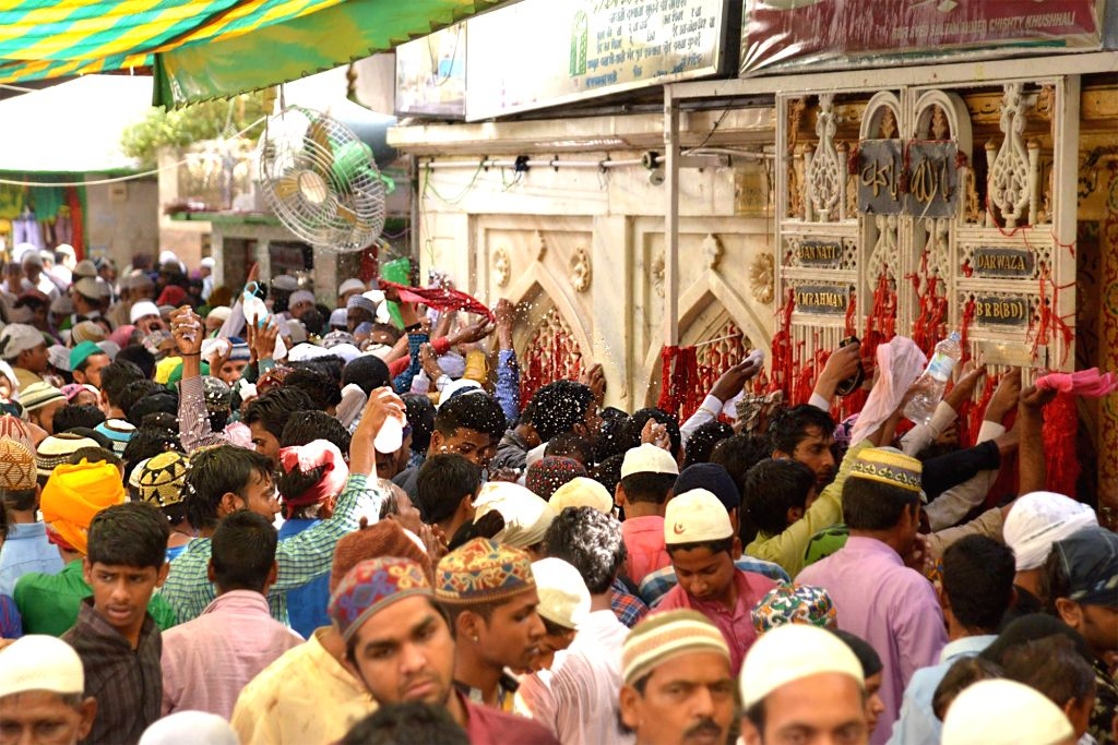 "People participate in ""bade kul ki rasam"" at Ajmer Sharif Dargah on April 17, 2016."