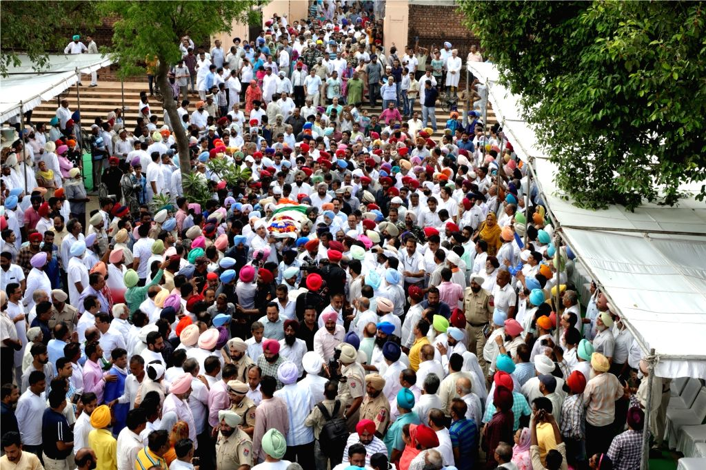 People participate in the funeral procession of 'Rajmata' Mohinder Kaur, mother of Punjab Chief Minister Captain Amarinder Singh in Patiala on July 25, 2017. Kaur passed away on July 24, ... - Captain Amarinder Singh and Mohinder Kaur