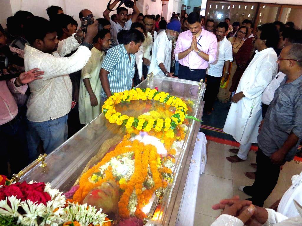 People pay their last respect to veteran actor Sarat Pujari who passed away in Bhubaneswar on May 12, 2014.