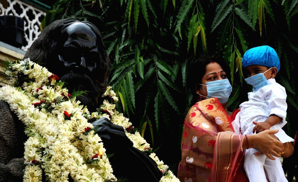 People pay tribute to Rabindra Nath Thakur on his 160th Birth anniversary at Jorasanko Thakur bari in Kolkata 09 May 2021. - Rabindra Nath Thakur