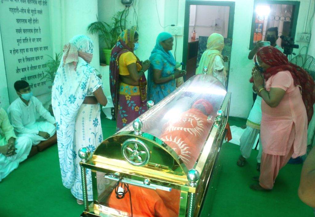 People pay tributes to the mortal remains of social activist Swami Agnivesh at his residence in New Delhi, on Sep 12, 2020.