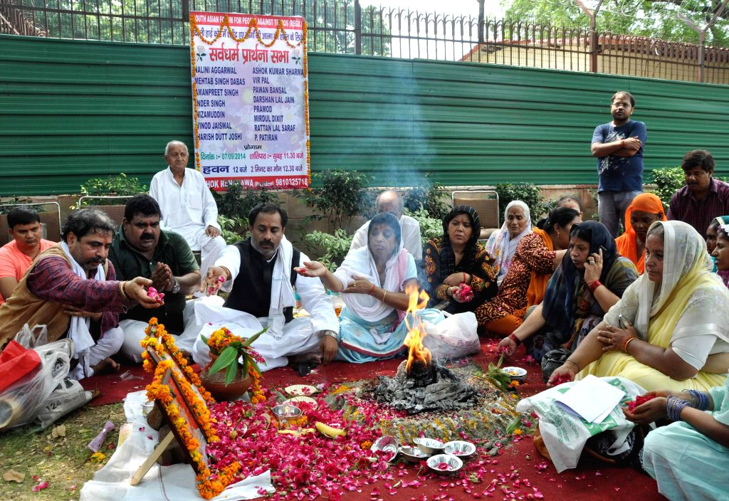 People perform a `havan` outside Delhi High Court on the 3rd anniversary of Delhi High Court Bomb Blast in New Delhi on Sept 7, 2014.