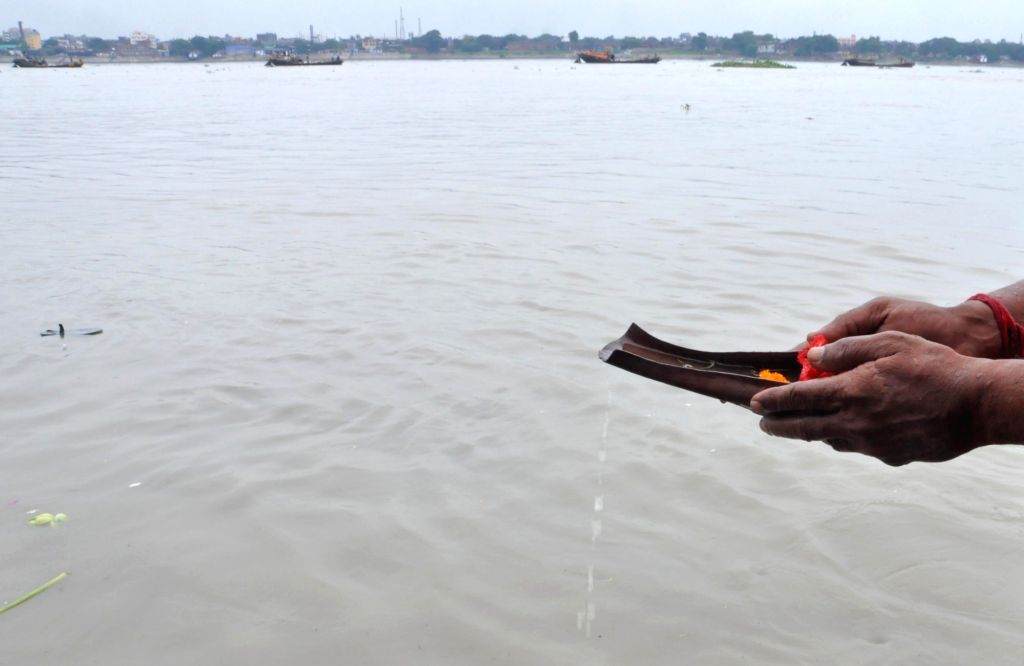"""People perform 'Tarpan' to pay tributes and pray for their forefathers on the last day of """"Pitru Paksha"""" at Ganga river in Kolkata on Sep 28, 2019."""