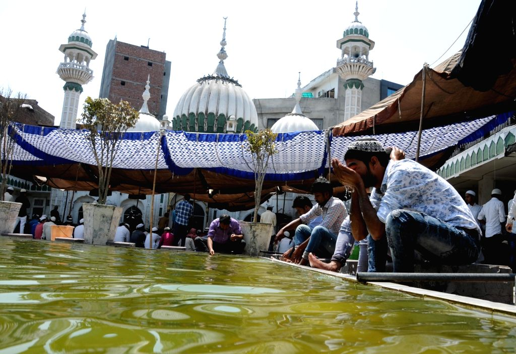 People perform Wuzu ablution before offering namaz on the second Friday of Ramadan at Jama Masjid Khairuddin mosque in Amritsar on May 25, 2018.