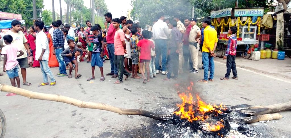 People protest against the accumulation of water on Bypass Road near Krishna Niketan, in Patna on Oct 9, 2019.